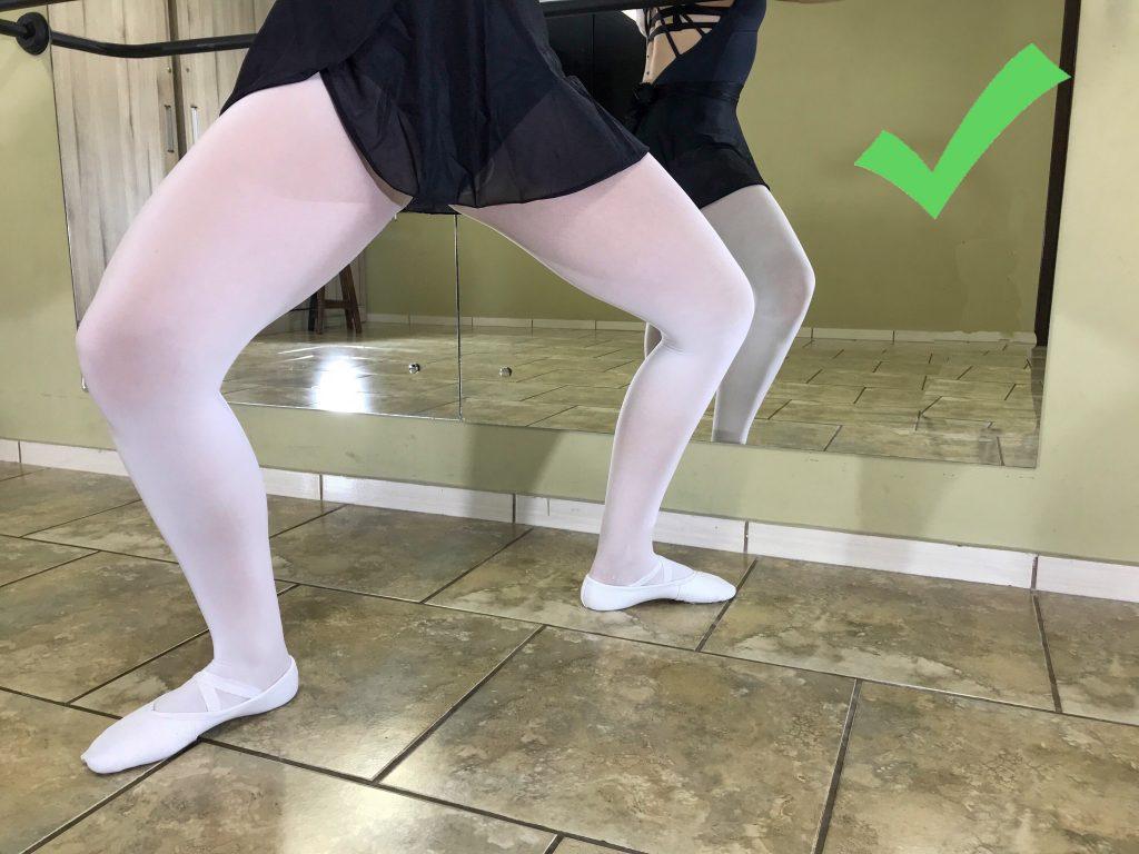 Bailarina com alinhamento correto entre tornozelos e joelho